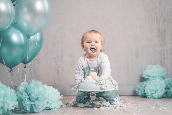 Cake-Smash-Fotostudio-Kuchen-Baby-Ballons-Studio-Fotografin-Babyfotografie-Düsseldorf