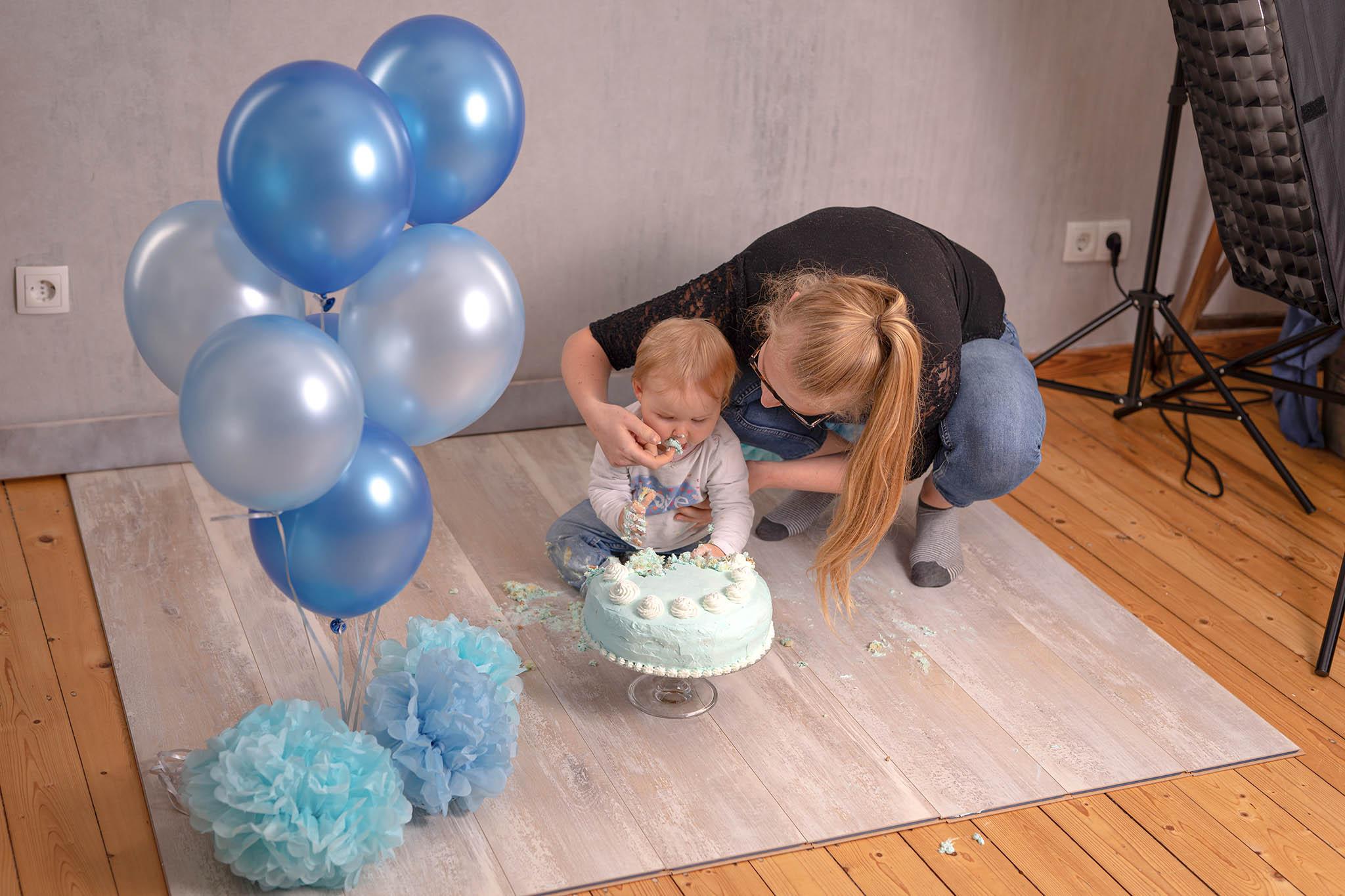 Cake-Smash-Kuchen-Baby-Fotografin-Düsseldorf-Making-of-Fotostudio