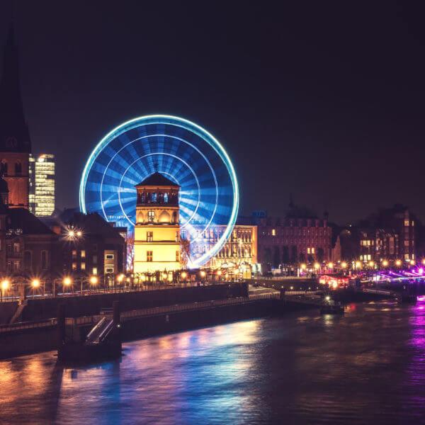 Rheinufer / Promenade / Burgplatz / Altstadt / Düsseldorf / Nacht / Riesenrad / Rhein / Panorama / Fotograf Michael Wipperfürth