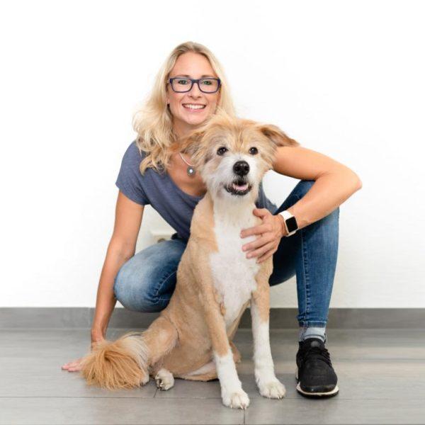Praxis-Mitarbeiterin-Tierphysio-Business-Shooting-Fotograf-Düsseldorf-Hund-Köln-Frau