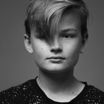 Junge-Fotostudio-Schwarzweiss-Portrait-Fotograf-Düsseldorf